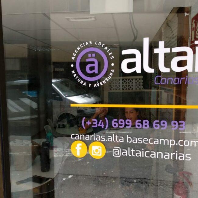 Rotulación interior y exterior de cristalera y puerta frontal de la agencia turística Altaï Canarias